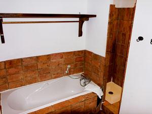 salle de bains avec douche et baignoire dans lou masso