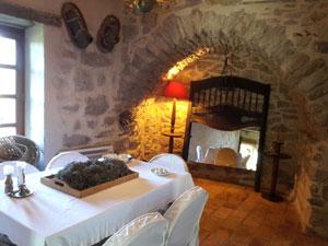 une des salles à manger au Roc sur l'Orbieu, chambres d'hôtes dans le Pays Cathare