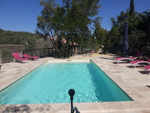 piscine chauffée 28°C avec espace balnéo-jacuzzi aux chambres d'hôtes Le Roc sur l'Orbieu entre Carcassonne et Narbonne
