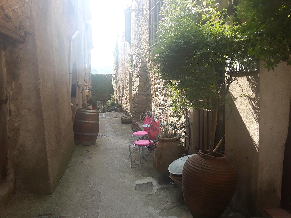 rue du Porche au Roc sur l'Orbieu - location vacances entre Carcassonne et Narbonne