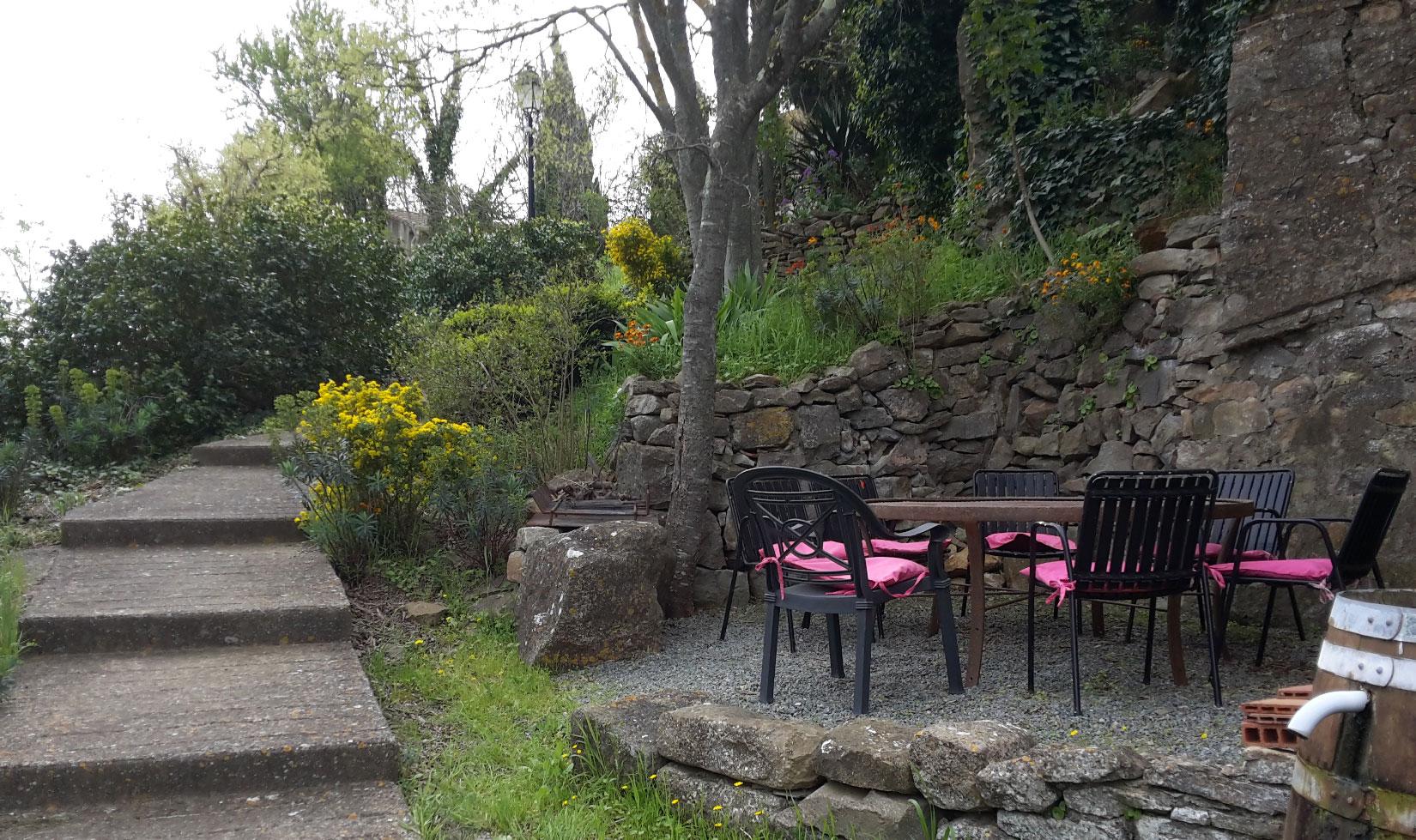salle-à-manger-d'été maison le chemin de ronde 5 pers location vacances le roc sur l'orbieu entre Carcassonne et Narbonne