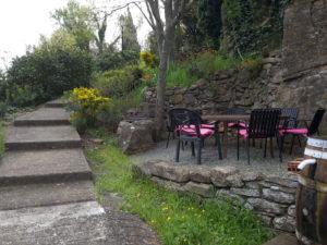 salle-à-manger-d'été-maison-le-chemin-de-ronde-le-roc-sur-l'orbieu-location-vacances-entre-Carcassonne-et-Narbonne