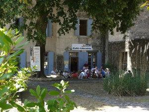 En arrivant à Lagrasse, prenez un rafraichissement au café-librairie avant de visiter les deux parties de l'Abbaye et le village médiéval. Avant de prendre votre repas dans l'un des nombreux restaurants, plongez dans la baignade surveillée. route vers Carcassonne en passant par Lagrasse et les gorges de la Sou, traversez Pradelles en Val et Monze et admirez les paysages de champs de vignes et de forêts souvent Méditerranéennes et parfois de feuillus.