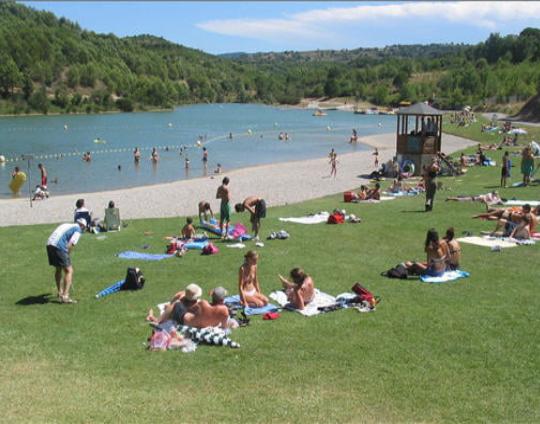 lac cavayère baignades, pique-nique acrobranche et jeux aquatiques Activités au lac de Cavayère Location de vacances Gîtes Le Roc sur l'Orbieu
