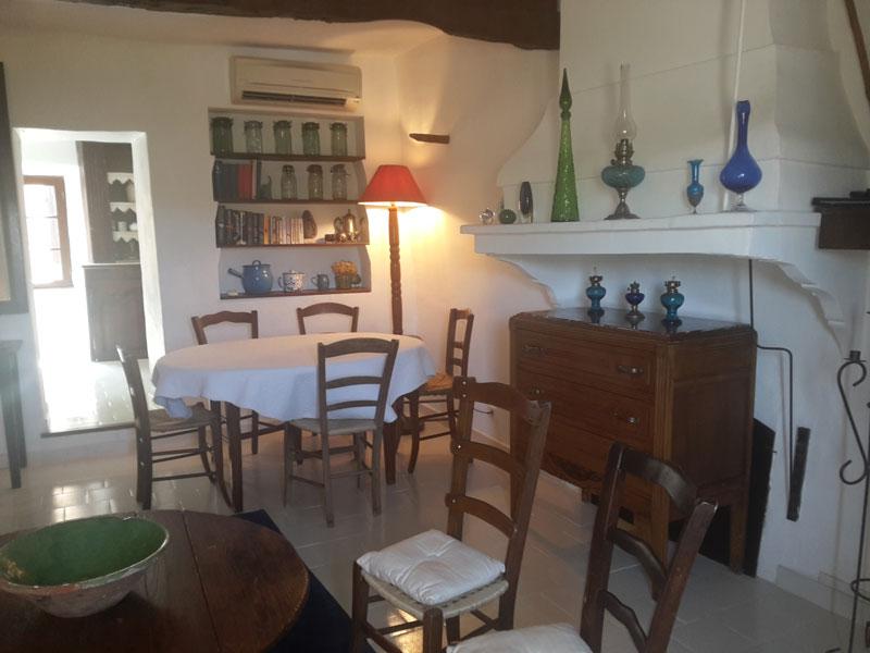 le-roc-sur-lorbieu-gîte-salon-salle-à-manger-location-vacances-entre-Carcassonne-et-Narbonne