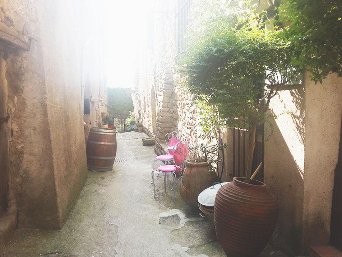 rue-du-Porche-au-Roc-sur-l'Orbieu---location-vacances-entre-Carcassonne-et-Narbonne