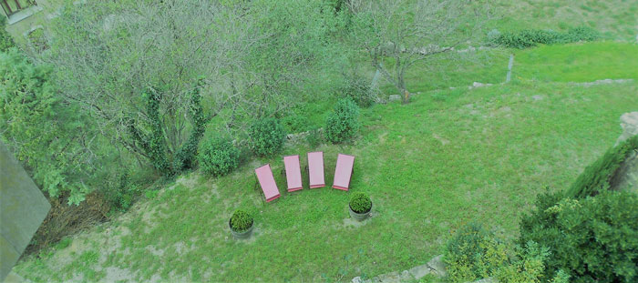 transats-dans-le-jardin-sous-le-rempart-maison-le-four-à-pain-entre-Carcassonne-et-Narbonne