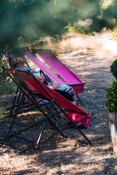 chaises longues au jardin au Roc sur l'Orbieu gîtes entre Carcassonne et Narbonne