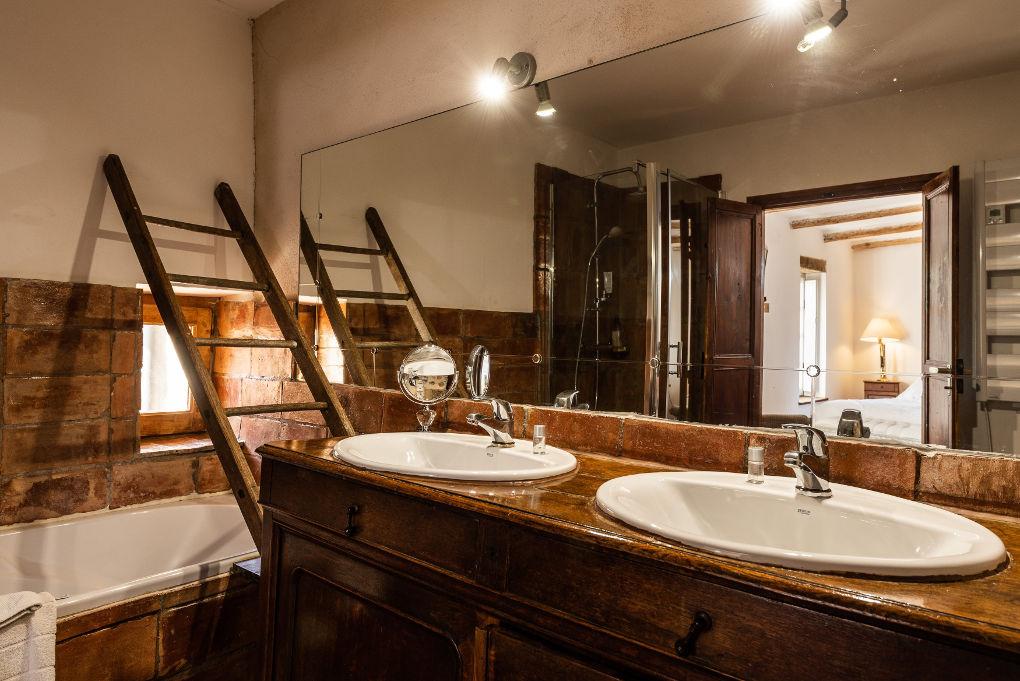 salle de bain premier étage le four à pain au Roc sur l'Orbieu gîtes en location vacances entre Carcassonne et Narbonne
