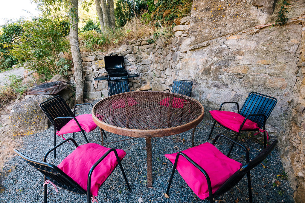 salle a manger d'été gîte le chemin de ronde au roc sur l'orbieu-entre Carcassonne et Narbonne
