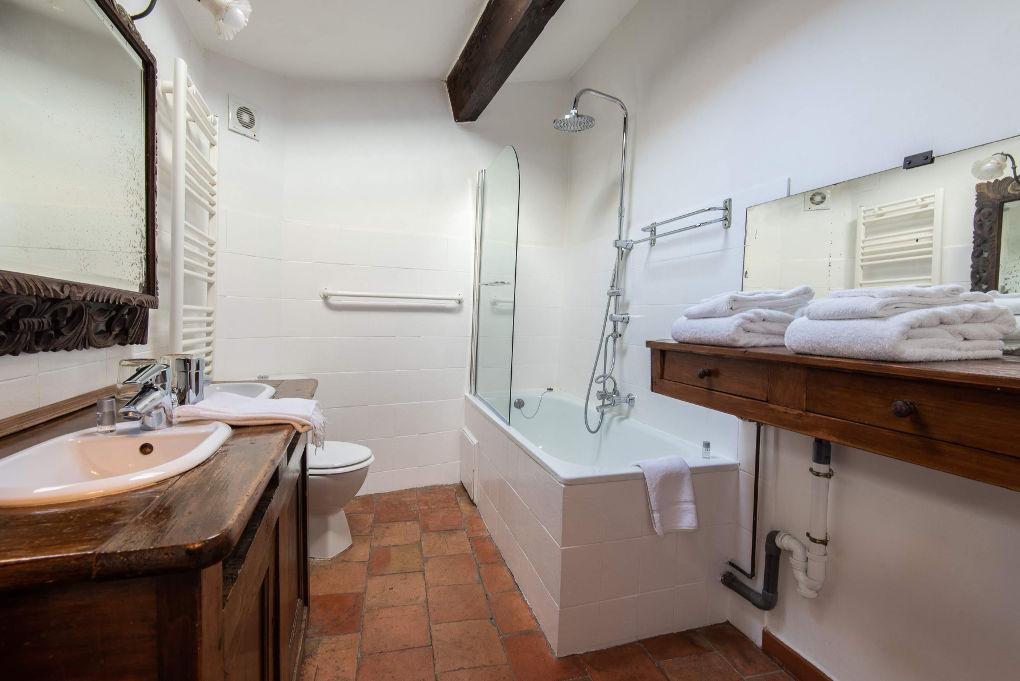 photo salle de bain au second étage gîte climatisé 5 pers photo suite parentale en rez-de-chaussée gîte climatisé 5 pers Le Chemin de Ronde*** Location de vacances Gîtes Le Roc sur l'Orbieu près de Lagrasse