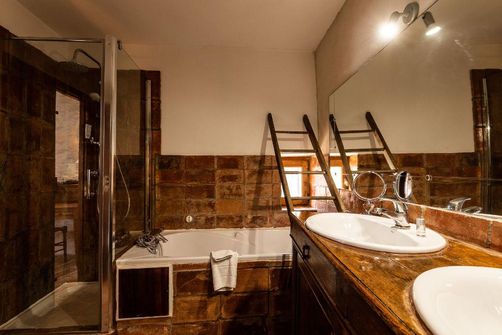 salle de bain premier étage le four à pain au Roc sur l'Orbieu gîte en location vacances entre Carcassonne et Narbonne