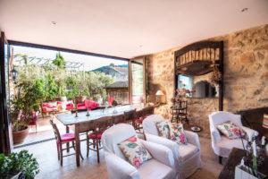 salon-salle à manger-terrasse-gites le rocsurlorbieu entre carcassonne et narbonne