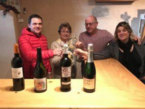 La famille Serres Mazard dans leur cave aux gîtes Roc sur l'Orbieu entre Narbonne et Carcassonne